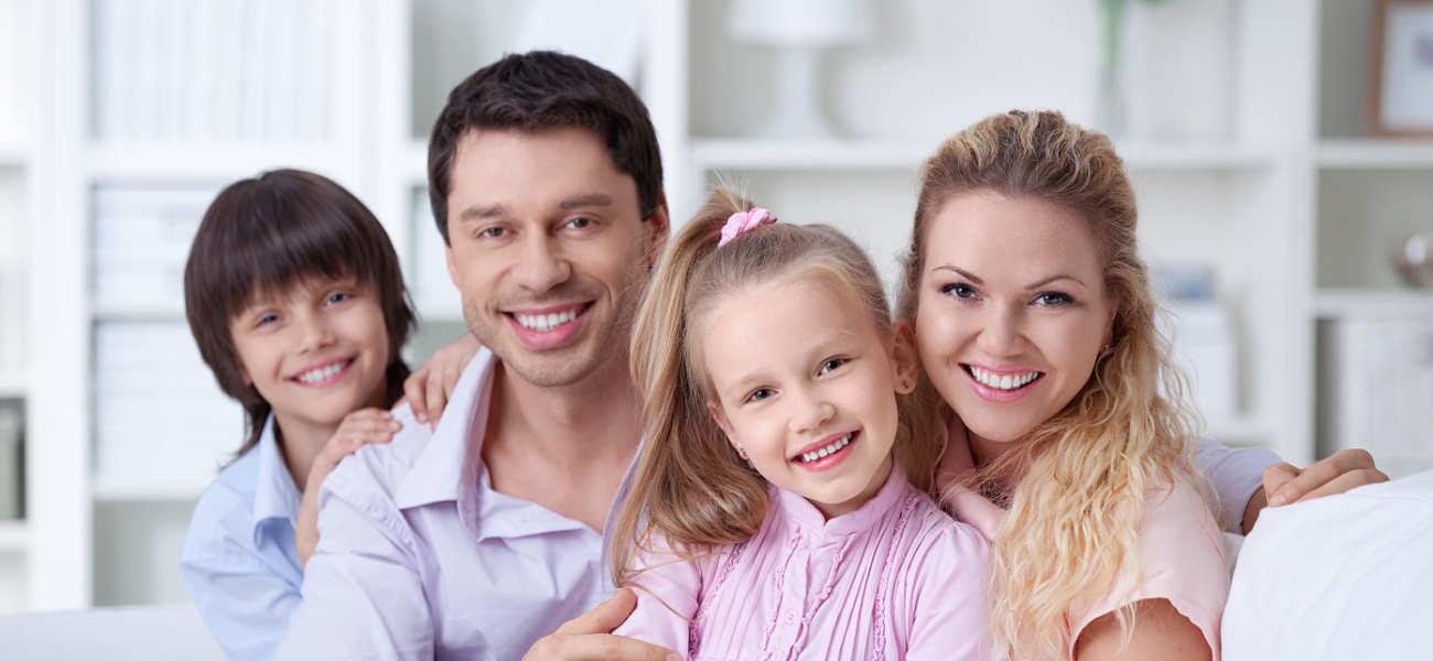 Familia contenta con Seguro de Vida